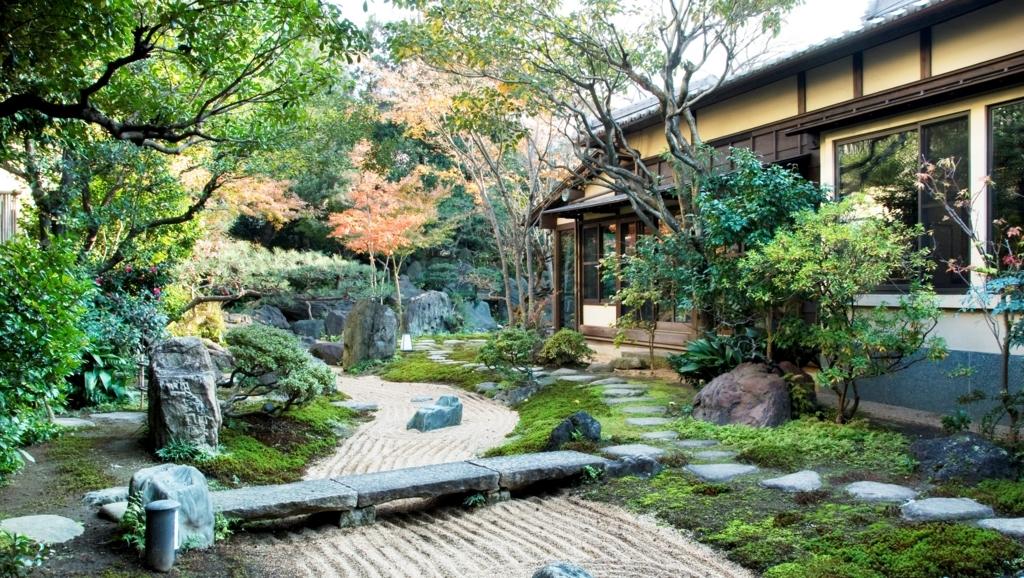 日帰り温泉施設「前野原温泉さやの湯処」の美しい日本庭園